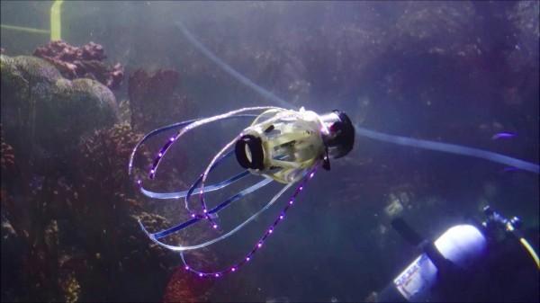 Робот калмар с джет подводно придвижване